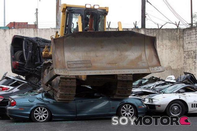 La grúa pasa por encima de los coches de lujo en Manila – SoyMotor.com