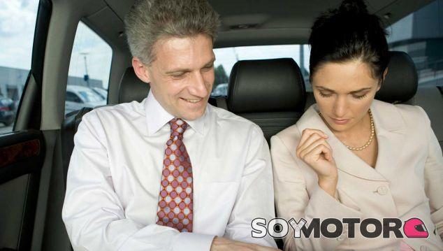 Representación de dos personas compartiendo coche al salir del trabajo - SoyMotor
