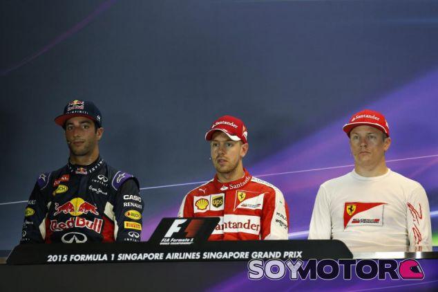 Foto poco común los sábados: Ricciardo, Vettel y Räikkönen, en la rueda de prensa - LaF1