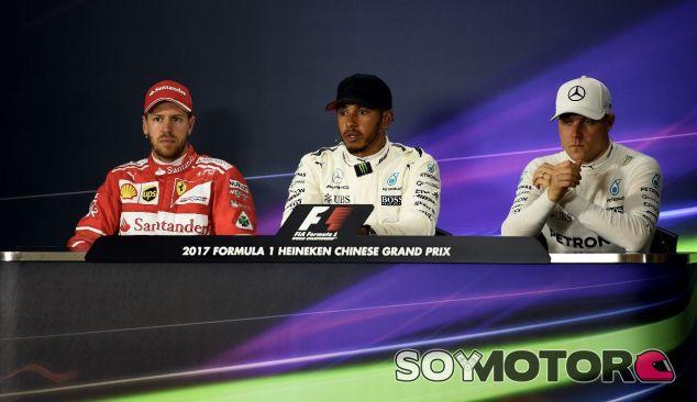De izq. a der.: Sebastian Vettel, Lewis Hamilton y Valtteri Bottas – SoyMotor.com