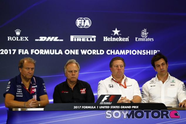 De izquierda a derecha: Robert Fernley, Gene Haas, Zak Brown y Toto Wolff – SoyMotor.com