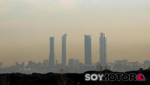Polución sobre la ciudad de Madrid - SoyMotor