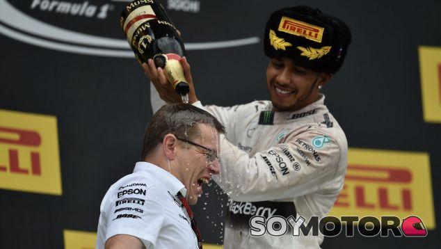 Lewis Hamilton moja a Andy Cowell en el podio del GP de Rusia de 2016 - SoyMotor