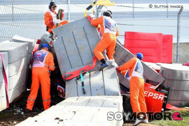 Sainz quedó incrustado debajo de las protecciones - LaF1