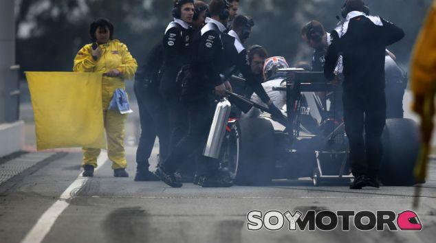 Jenson Button se baja de un MP4-31 humeante - LaF1