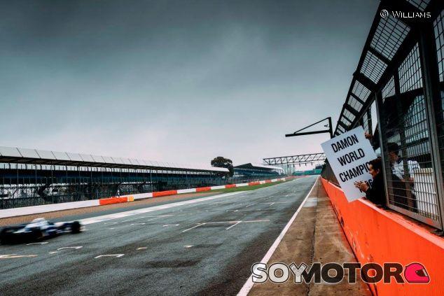 Damon Hill se reencuentra con su FW18 en el circuito de Silverstone - SoyMotor