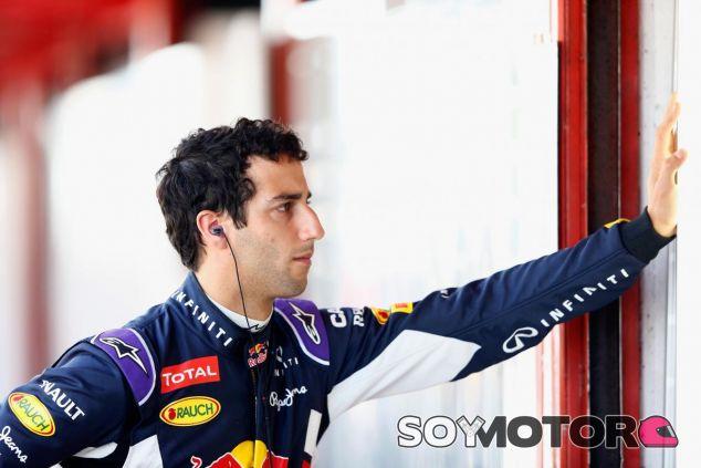 Daniel Ricciardo observa a sus mecánicos mientras estos cambian el motor del RB11 - LaF1