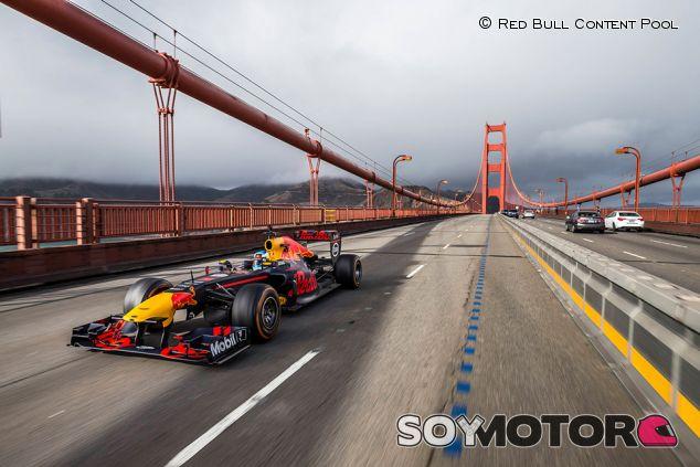 Daniel Ricciardo cruza el Golden Gate con el RB7 - SoyMotor.com