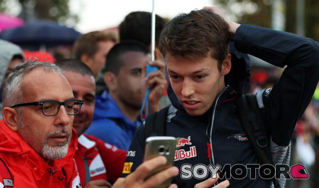 Daniil Kvyat protegiéndose del chaparrón que cayó en Monza - SoyMotor