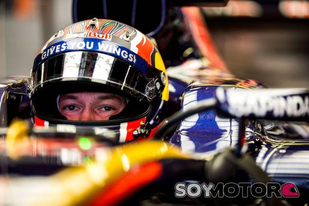 Daniil Kvyat en su box - LaF1