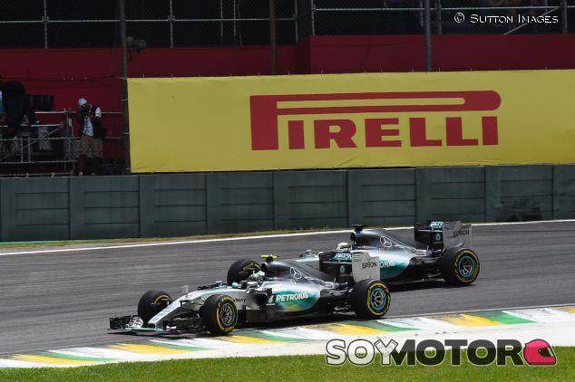Nico Rosberg luchando con Lewis Hamilton en Interlagos - LaF1