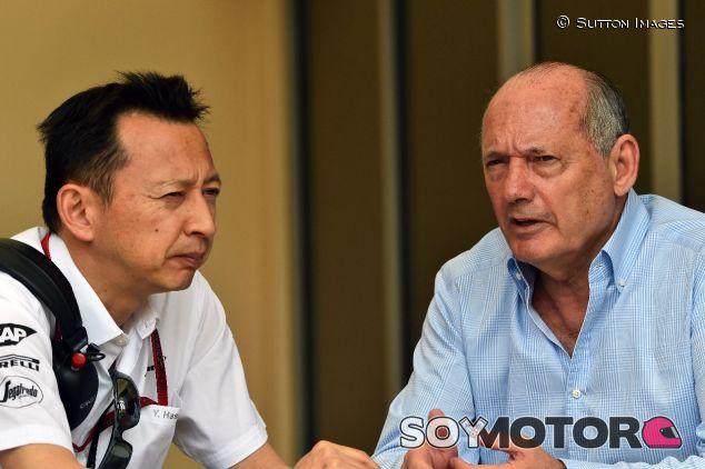 Yusuke Hasegawa (izq.) y Ron Dennis (der.) – SoyMotor.com