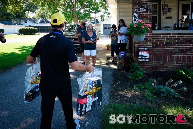 Los pilotos de Indy500 llaman a la puerta de las casas de los aficionados