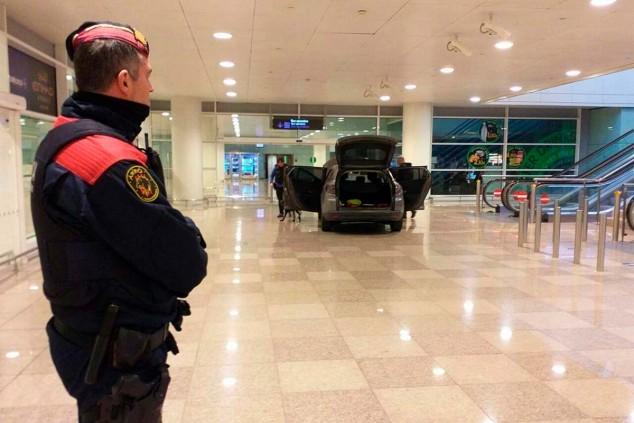 Dos detenidos por colarse en el aeropuerto de Barcelona con su coche - SoyMotor.com