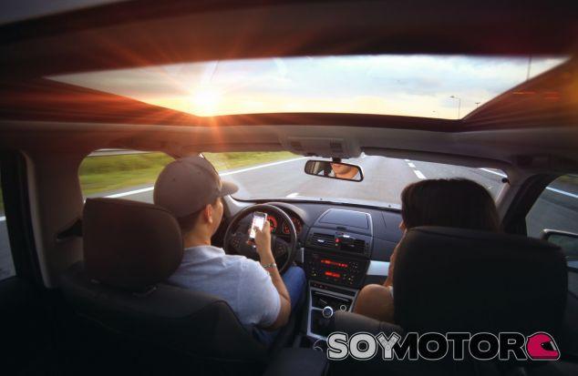 La DGT estudia que los conductores paguen los daños de accidentes causados por usar el móvil - SoyMotor.com