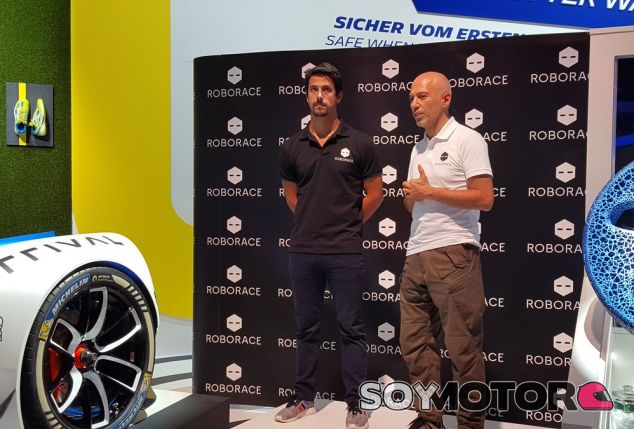 Lucas Di Grassi (izq.) junto a Denis Sverdlov (der.) en la promoción del anuncio ©Michelin –SoyMotor.com
