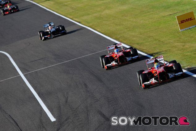 Felipe Massa contiene a Fernando Alonso durante el GP de Japón - LaF1