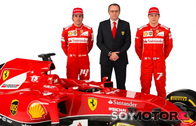 Stefano Domenicali posa junto a sus pilotos y el F14 T - LaF1