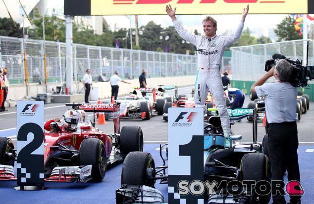 Nico Rosberg festeja su victoria en Bakú - LaF1
