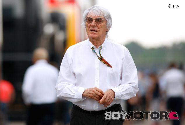 Bernie Ecclestone paseando por el paddock - LaF1.es
