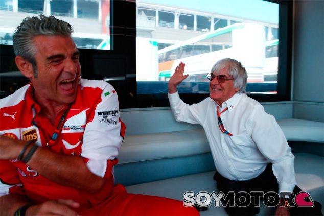 Bernie Ecclestone bromea con Maurizio Arrivabene - LaF1
