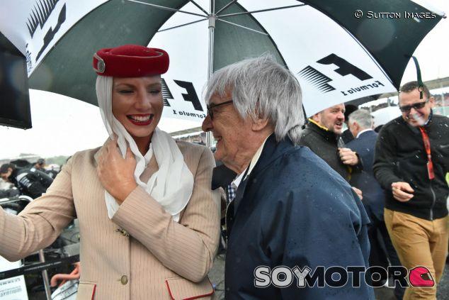 Ecclestone junto a una azafata en el GP de Gran Bretaña 2016 - SoyMotor.com