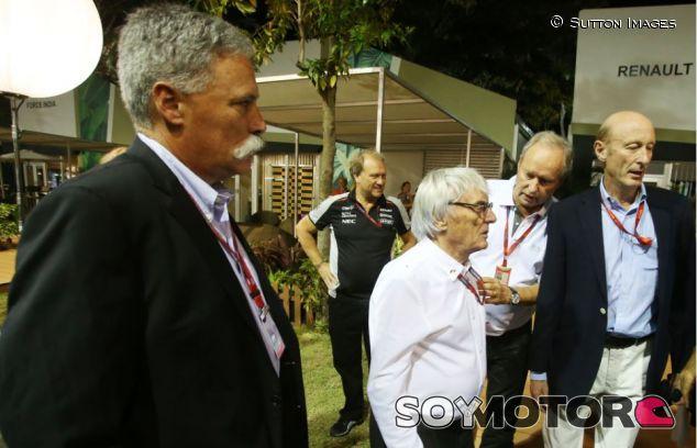 Carey y Ecclestone en el paddock de Singapur - SoyMotor
