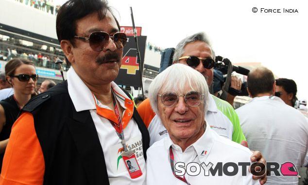 Bernie Ecclestone junto a Subrata Roy, copropietario de Force India - LaF1