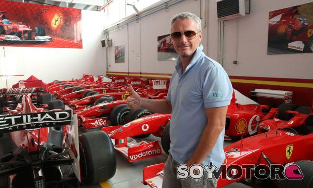 Eddie Irvine saluda desde Maranello (Italia)