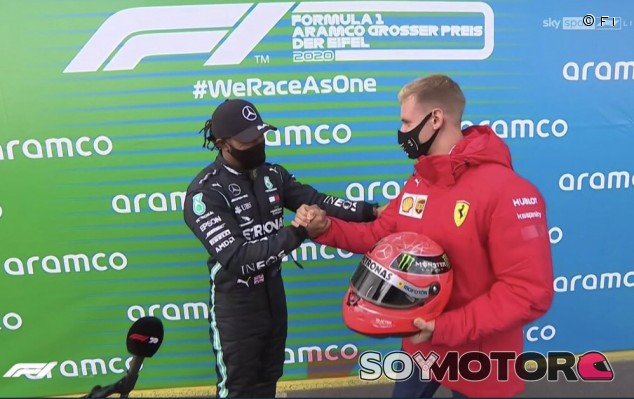 Hamilton logra su 91º victoria y Schumacher le entrega un casco de su padre - SoyMotor.com