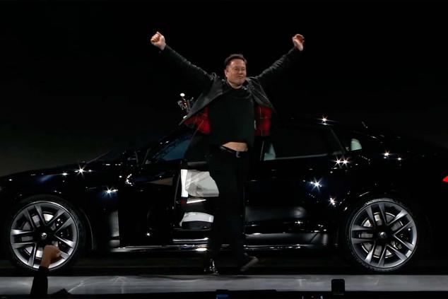 Elon Musk en la entrega de las primeras unidades del Model S Plaid - SoyMotor.com