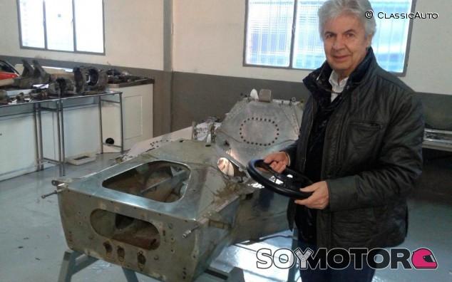 Emilio de Villota con el chasis del Lyncar - SoyMotor