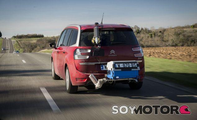 Una unidad del Citroën C4 con el medido de consumo instalado - SoyMotor