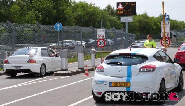 Entrada al Nürburgring Nordschleife con el antiguo sistema de 'Ring Cards' - SoyMotor
