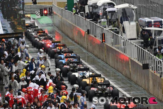 Los equipos se detuvieron en el pit lane por las banderas rojas - SoyMotor