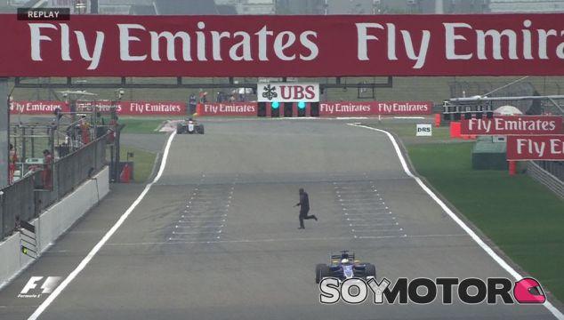 Momento en el que el espontáneo cruzo la pista durante los Libres 2 - LaF1