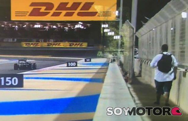 Un espontáneo se pasea por la pista en los Libres 2 - LaF1