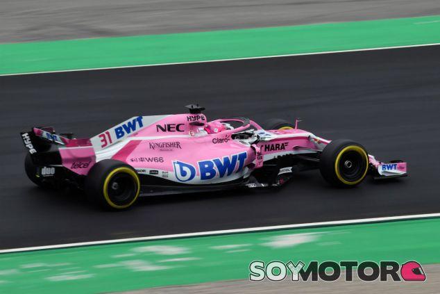 Esteban Ocon durante el día 2 de test en Barcelona - SoyMotor.com