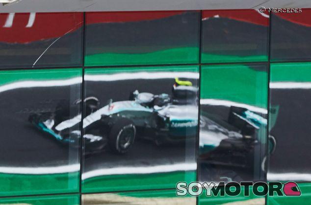 Nico Rosberg, reflejado en uno de los edificios de Interlagos - LaF1