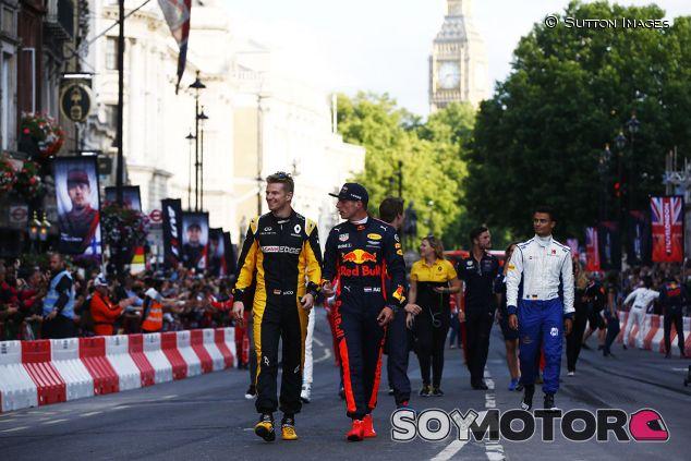 Los pilotos paseando por Londres durante la exhibición - SoyMotor