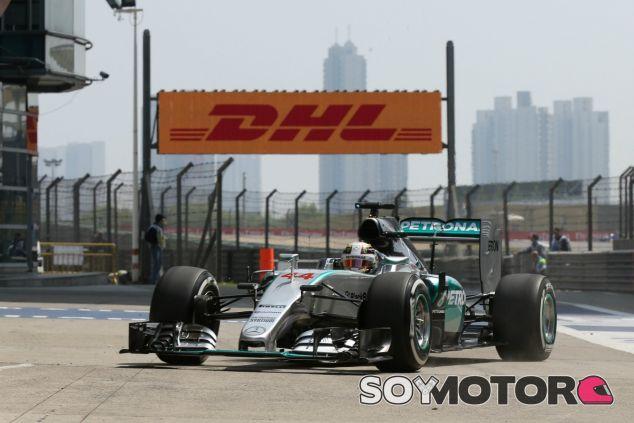 Hamilton lidera los Libres 2 - LaF1