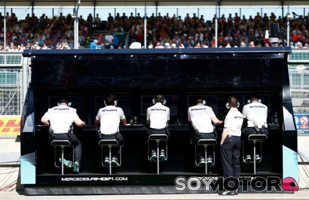 La cúpula de Mercedes decide investigar el problema de las salidas - LaF1
