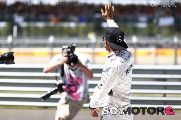 Lewis Hamilton saluda a la afición de Silverstone - LaF1.es