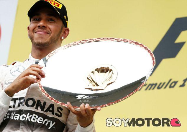 Hamilton celebra la victoria en el GP de Bélgica - LaF1