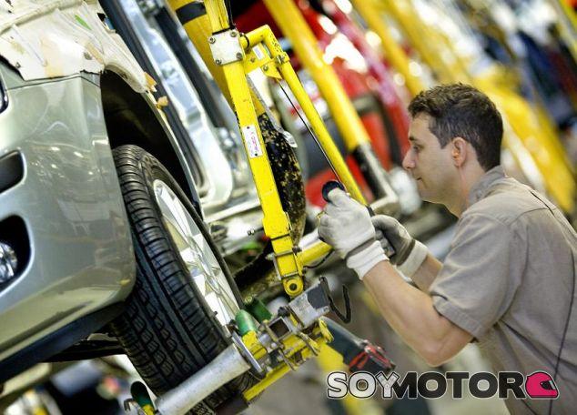 Mercedes y Toyota sustituyen robots por personas en sus fábricas -SoyMotor