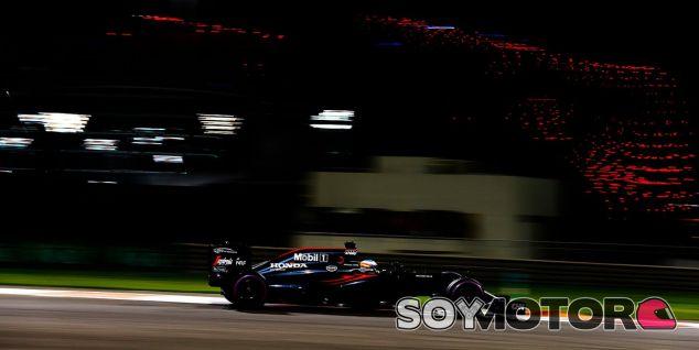 Alonso durante la FP2 en Abu Dabi - LaF1