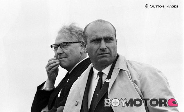 Juan Manuel Fangio (derecha) en 1961 - LaF1