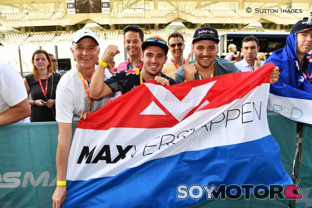 Fans de Max Verstappen en Yas Marina - SoyMotor.com