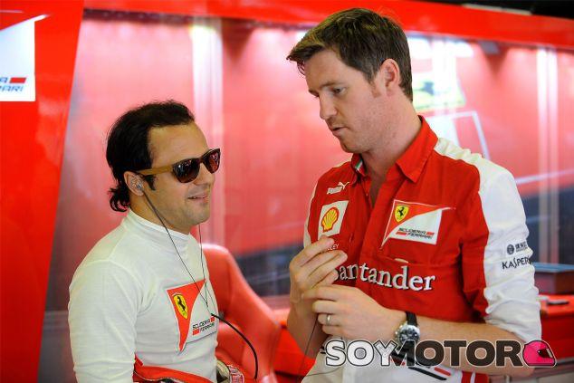 Felipe Massa junto a Rob Smedley, su ingeniero de pista en Ferrari - LaF1