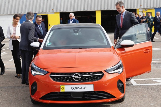 Felipe VI prueba el Opel Corsa-e en Figueruelas - SoyMotor.com